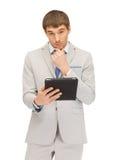 Uomo calmo con il computer del pc della compressa Immagine Stock Libera da Diritti