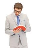 Uomo calmo e serio con il libro Immagine Stock Libera da Diritti