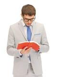 Uomo calmo e serio con il libro Fotografia Stock