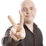 Uomo calvo con la vittoria del segno Fotografie Stock