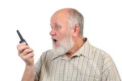 Uomo calvo senior che grida al walkie-talkie fotografia stock