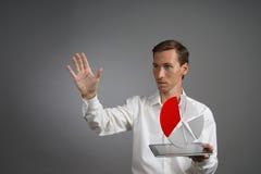 Uomo in camicia bianca che funziona con il diagramma a torta su un computer della compressa, la domanda di pianificazione del bil Fotografia Stock Libera da Diritti