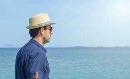 Uomo in camicia blu che esamina l'orizzonte fotografie stock