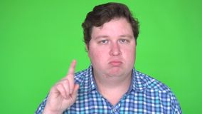Uomo in camicia che non fa gesto sulla chiave verde di intensità dello schermo video d archivio