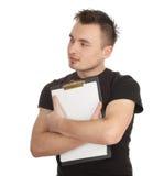 Uomo in camicia nera che mantiene appunti in bianco Immagini Stock