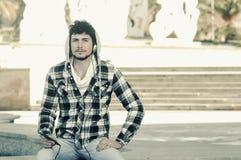 Uomo in camicia a quadretti di maglia con cappuccio Immagine Stock