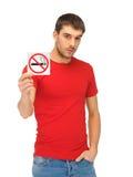 Uomo in camicia rossa con il segno non fumatori Fotografia Stock