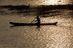 Uomo in canoa. Stagni del Kerala, Immagine Stock