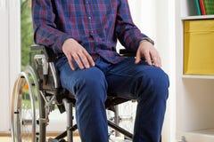 Uomo capace in camicia sulla sedia a rotelle immagine stock libera da diritti