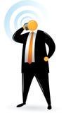 Uomo capo arancione che per mezzo del telefono Fotografia Stock