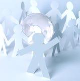 Uomo-capo di carta contro lo sfondo della gente di carta con il globo di vetro Fotografie Stock