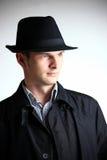Uomo in cappello che osserva via fotografia stock
