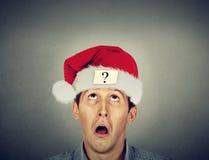 Uomo in cappello del Babbo Natale con il punto interrogativo Fotografie Stock Libere da Diritti