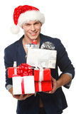 Uomo in cappello della Santa con molti contenitori di regalo Fotografie Stock Libere da Diritti