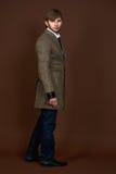 Uomo in cappotto moderno a strisce Immagini Stock