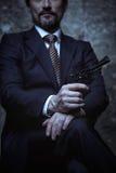 Uomo carismatico che funge da furfante eccellente Fotografia Stock Libera da Diritti