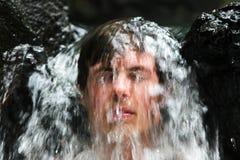 Uomo in cascata fotografie stock