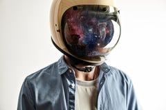 Uomo in casco con il cielo stellato sullo schermo Fotografie Stock