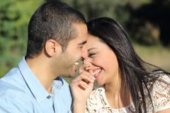 Uomo casuale arabo e donna delle coppie che flirtano e che ridono felici in un parco Immagini Stock Libere da Diritti