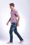 Uomo casuale che cammina in avanti Fotografie Stock