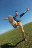Uomo casuale che equilibra all'aperto Fotografia Stock Libera da Diritti
