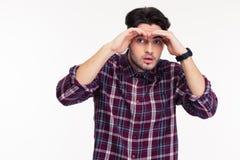 Uomo casuale che esamina la distanza Fotografia Stock