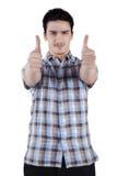 Uomo casuale che mostra i pollici su Fotografia Stock