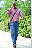 Uomo casuale che parla sul telefono mentre camminando Fotografie Stock Libere da Diritti