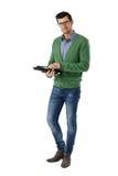 Uomo casuale che per mezzo della compressa Fotografie Stock