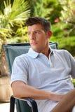 Uomo casuale che si rilassa nel giardino Fotografia Stock