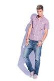 Uomo casuale con i pollici in tasche Fotografie Stock