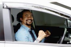 Uomo casuale di afro dentro la nuova automobile Fotografia Stock Libera da Diritti