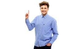 Uomo casuale felice che indica verso l'alto Fotografia Stock