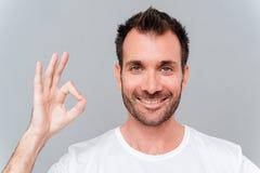 Uomo casuale felice che mostra segno giusto con le dita Fotografia Stock Libera da Diritti