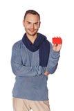 Uomo casuale sorridente che mostra la carta di credito in banca Immagine Stock Libera da Diritti