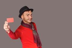 Uomo casuale sorridente che mostra la carta di credito in banca Fotografia Stock
