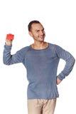 Uomo casuale sorridente che mostra la carta di credito in banca Immagini Stock Libere da Diritti