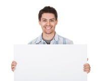 Uomo casuale sorridente con il segno in bianco Fotografia Stock Libera da Diritti
