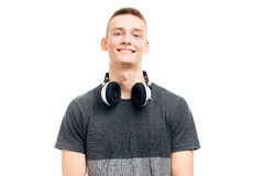 Uomo casuale sorridente con le cuffie Immagini Stock