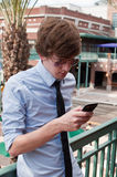 Uomo casuale Texting di affari sul telefono mobile Immagine Stock