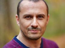 Uomo caucasico all'aperto, primo piano Fotografia Stock Libera da Diritti
