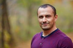 Uomo caucasico all'aperto, primo piano Immagini Stock