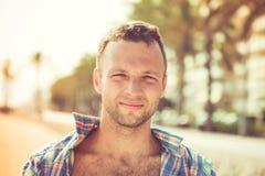 Uomo caucasico bello sorridente dei giovani, all'aperto Immagini Stock