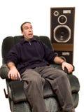 Uomo caucasico che ascolta la musica Immagini Stock Libere da Diritti