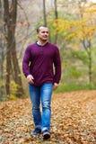 Uomo caucasico che cammina nella foresta Fotografia Stock Libera da Diritti