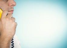 Uomo caucasico che parla su un telefono della linea terrestre fotografia stock libera da diritti