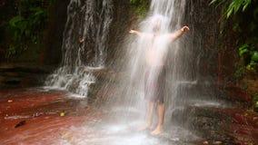 uomo caucasico che prende una doccia in cascata video d archivio