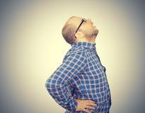 Uomo caucasico con dolore alla schiena intenso immagini stock