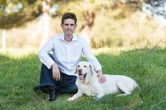 Uomo caucasico con il cane molto vecchio nel parco Fotografia Stock