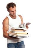 Uomo caucasico con una pila di libri Immagini Stock